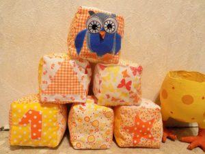 Ostergeschenke für Kinder: Babyspielzeug DIY Stoffwürfel
